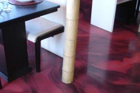 Ejemplo de suelo decorativo de cemento blanco autonivelante tipo Pandomo o Weber color con efecto aguas