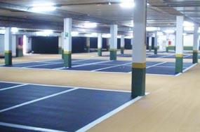 Ejemplo de Sistema de pavimento continuo a base de resinas acrilicouretano en mínimos espesores para cubrir el asfalto de su garaje y cambiarle totalmente de aspecto.
