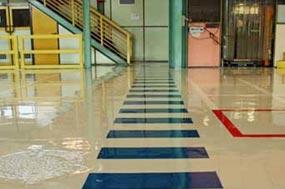 Ejemplo de sistema de pavimento continuo a base de resinas epoxi, poliuretano o metacrilato en mínimos espesores para pintar su garaje o darle un revestimiento resistente.
