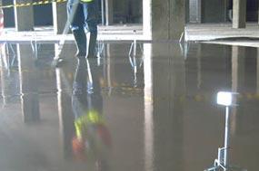 Ejemplo de sistema de pavimentos continuos a base de morteros autonivelantes de rápido secado en bajos espesores cuyo agua de amasado polimeriza en el interior de la masa y no puede evaporar.